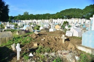 Cementerios de Santiago entre derrumbes y maleza