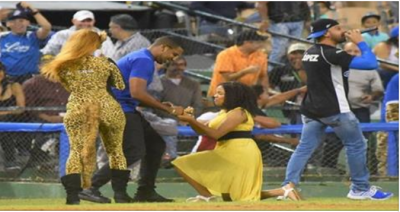 mujer le pide matrimonio a su esposo en el juego aguilas vs licey