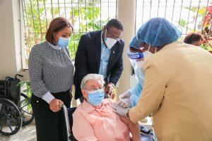 Equipo SRSM aplica dosis contra Covid-19 a Hermanas Misioneras Dominicas del Rosario